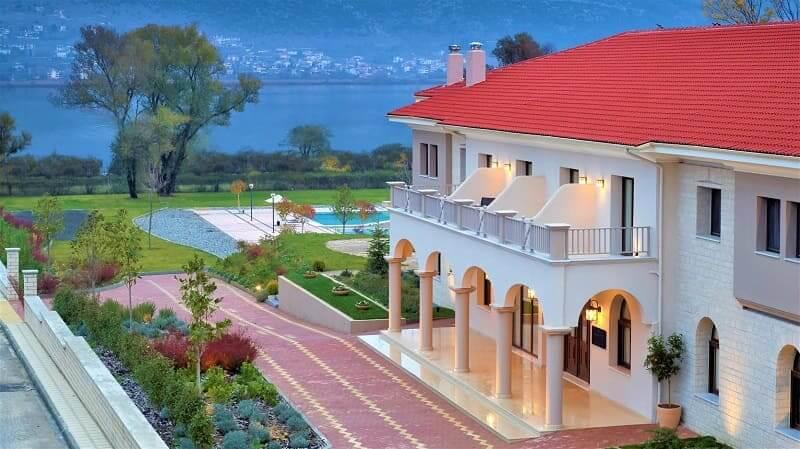 Ανοίγει το εστιατόριο και η πισίνα του The Lake Hotel