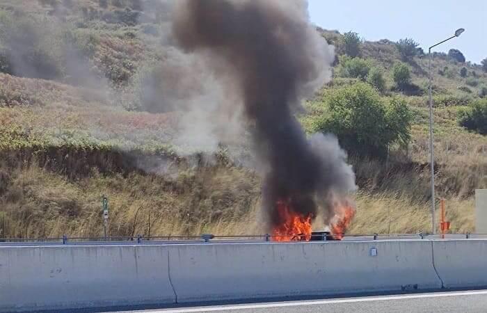 Όχημα στις φλόγες στην Ιόνια Οδό