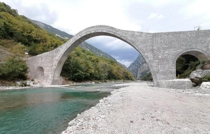 Προς παράδοση το ιστορικό γεφύρι της Πλάκας