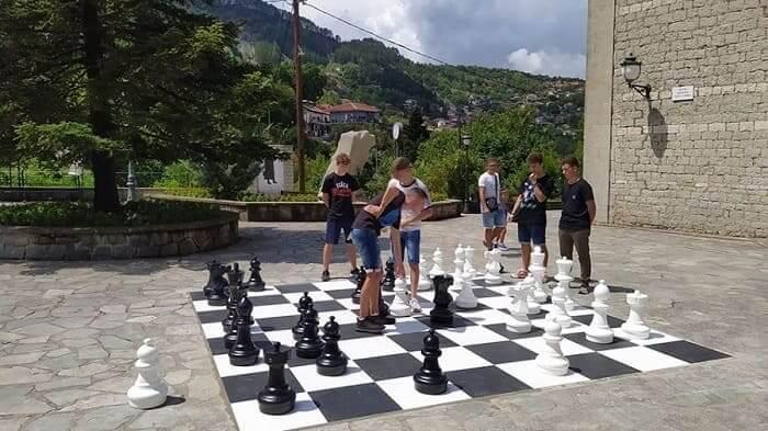 Ένα υπαίθριο σκάκι στην πλατεία των Πραμάντων