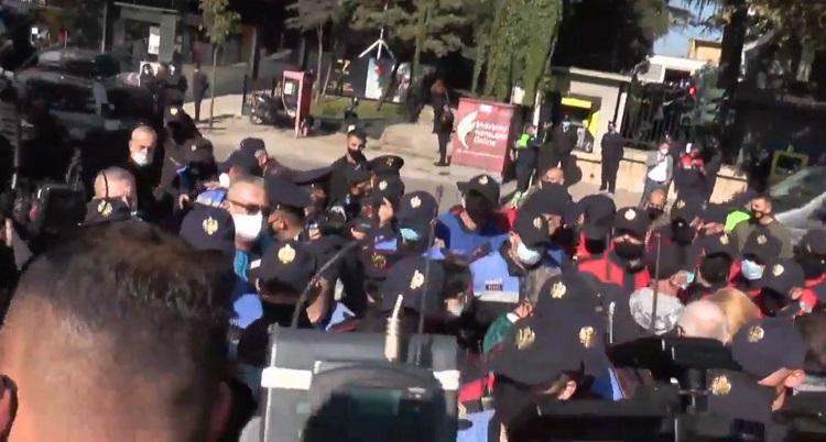 Σε κλοιό Τσάμηδων διαδηλωτών ο Έλληνας Υπουργός Εξωτερικών.. Συμπλοκές και συλλήψεις