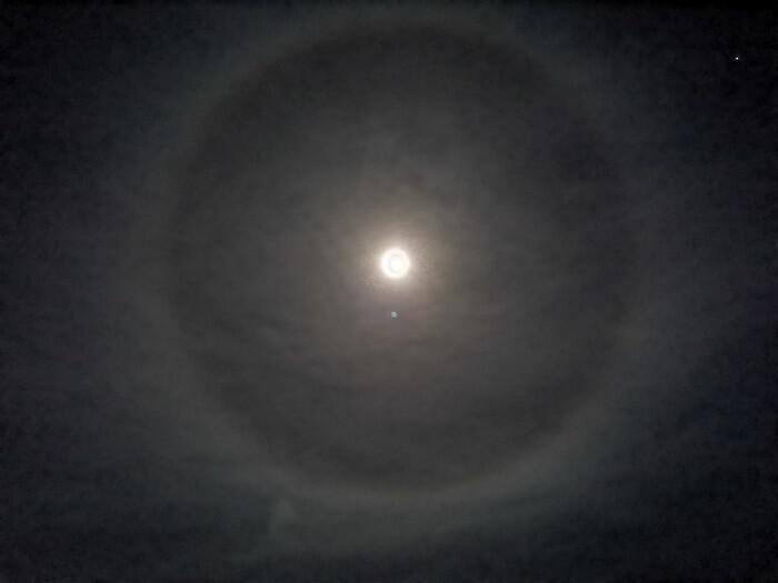 Φεγγάρι με… φωτοστέφανο!
