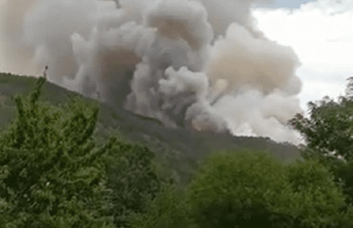 Μεγάλη η φωτιά στους Πάδες, καίει πευκοδάσος