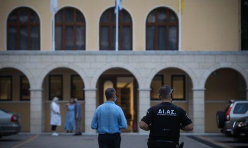 Επίθεση Ιερέα με καυστικό υγρό σε επτά Μητροπολίτες, κατά την διάρκεια του Συνοδικού Δικαστηρίου στην Μονή Πετράκη.Συνελήφθη ο δράστης από φρουρό που βρισκόταν εντός του κτηρίου και κατά την σύλληψη του τραυμάτισε και αυτόν με το καυστικό υγρό, Τετάρτη 23 Ιουνίου 2021 (ΣΩΤΗΡΗΣ ΔΗΜΗΤΡΟΠΟΥΛΟΣ/ EUROKINISSI)