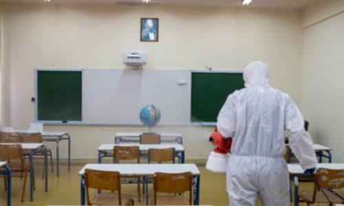 Συνεργείο πραγματοποιεί απολύμανση σε σχολείο, τη Δευτέρα 23 Μαρτίου 2020,στα Ιωάννινα. Σε ισχύ τέθηκε στις 6 το πρωί η εφαρμογή των πρόσθετων αυστηρών μέτρων με απαγόρευση κυκλοφορίας, για τον περιορισμό της διάδοσης του κορονοϊού, που ανακοίνωσε στο μήνυμά του ο πρωθυπουργός Κυριάκος Μητσοτάκης.  ΑΠΕ ΜΠΕ/ΑΠΕ ΜΠΕ/ΔΗΜΗΤΡΗΣ ΡΑΠΑΚΟΥΣΗΣ